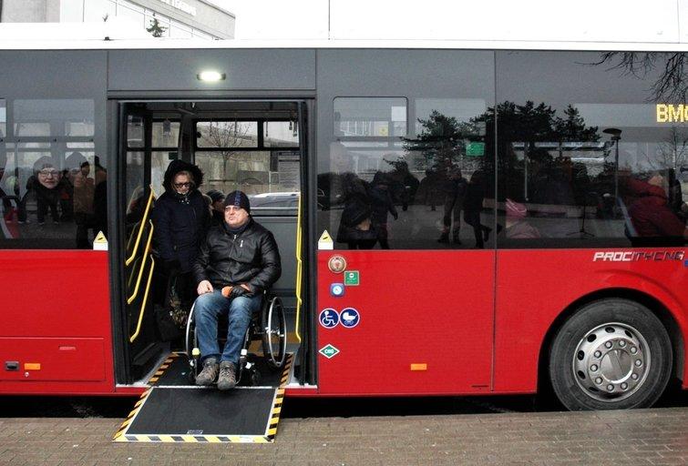 Jonas Dumša pirmasis iš negalią turinčių žmonių išbandė naujuosius autobusus. Linos Jakubauskienės nuotr.