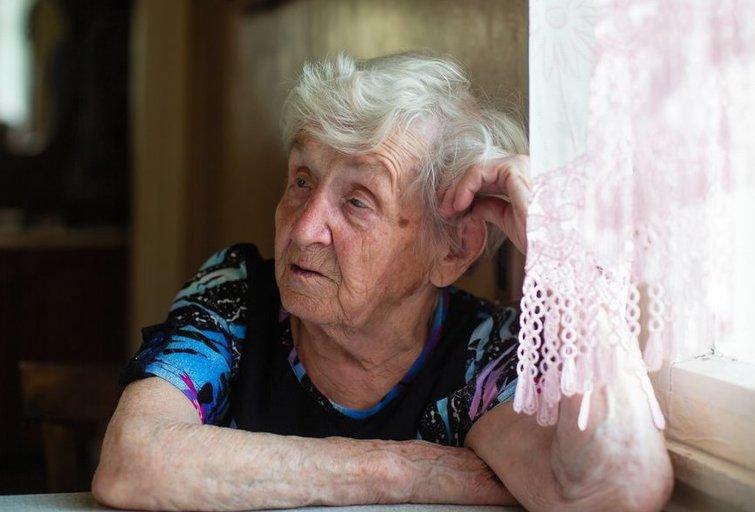 Žiauru, tačiau socialinės srities darbuotojai kone vienbalsiai tvirtina, kad seni tėvai vis dažniau vaikų traktuojami kaip našta. (nuotr. Shutterstock.com)