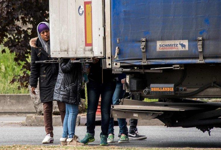 Migrantai Prancūzijoje bando pasislėpti sunkvežimyje (nuotr. SCANPIX)