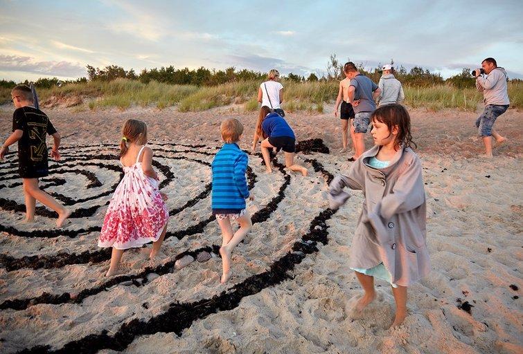 Indėnišką septynių takų labirintą prie jūros statė mamos su vaikais.Vėtrės Antanavičiūtės nuotr.