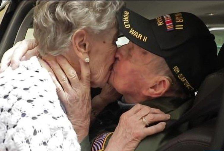 Antrojo pasaulinio karo įkarštyje jaunas amerikiečių kareivis, paskirtas į mažą Prancūzijos miestelį, iki ausų įsimylėjo aštuoniolikmetę prancūzę (nuotr. YouTube)