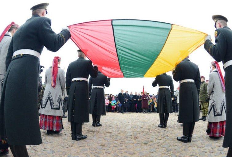 Gedimino pilies bokšte iškelta 2015-ųjų Lietuvos vėliava (nuotr. Pauliaus Peleckio, Edvardo Blaževičiaus/Fotodiena)