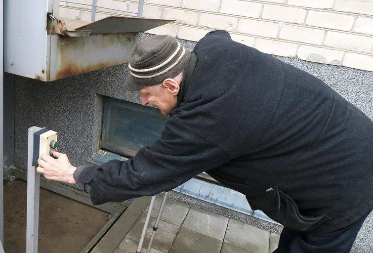 Šiaulių r., Aukštelkėje, gyvenantis Juozas Minelga džiaugiasi, kad naudodamasis prie jo namų įrengtu keltuvu gali patogiai išeiti iš namų ir sugrįžti į juos. Zigmo Ripinskio nuotr.