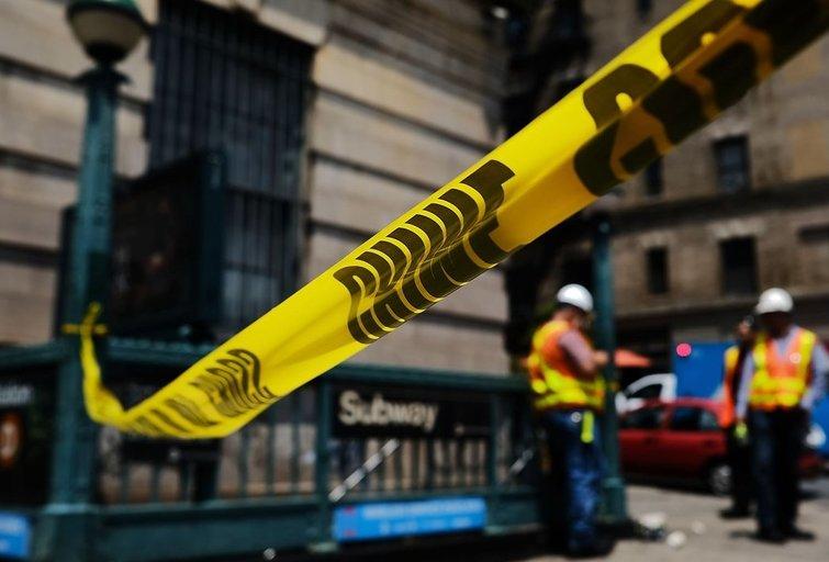 Niujorke nuo bėgių nulėkus dviem metropoliteno traukinio vagonams nukentėjo 36 žmonės (nuotr. SCANPIX)