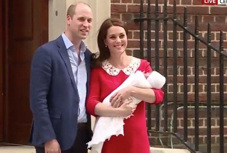 Karališkoji šeima su naujagimiu (Sky News nuotr.)