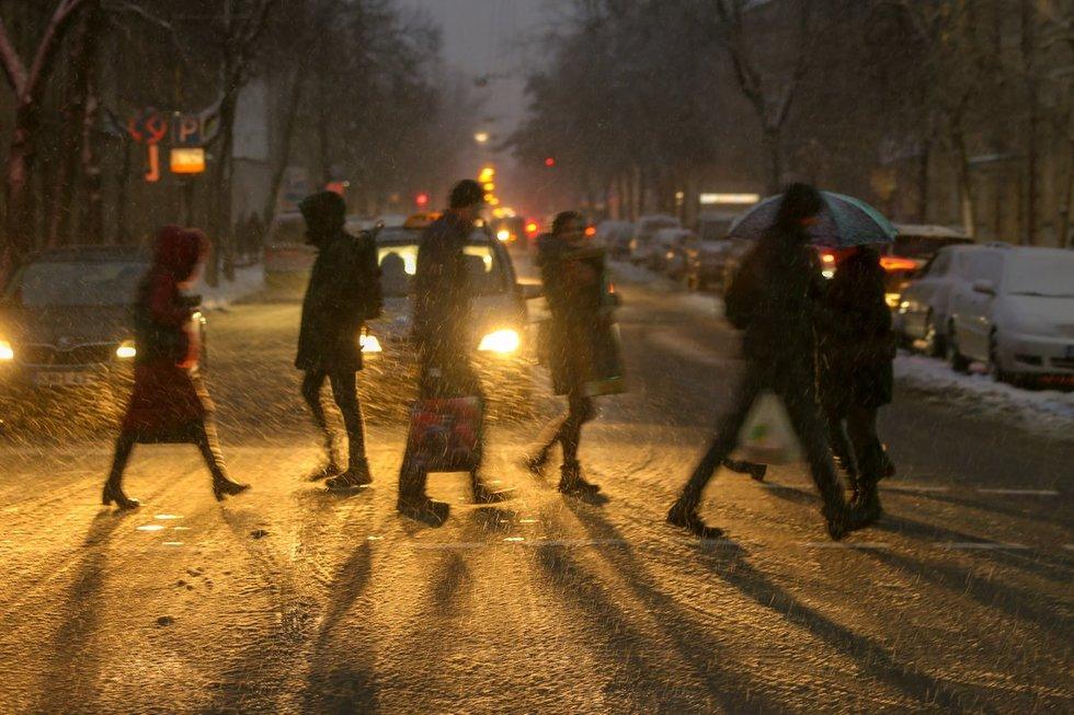Pėstieji, pėsčiųjų perėja, žiema (nuotr. Fotodiena.lt)