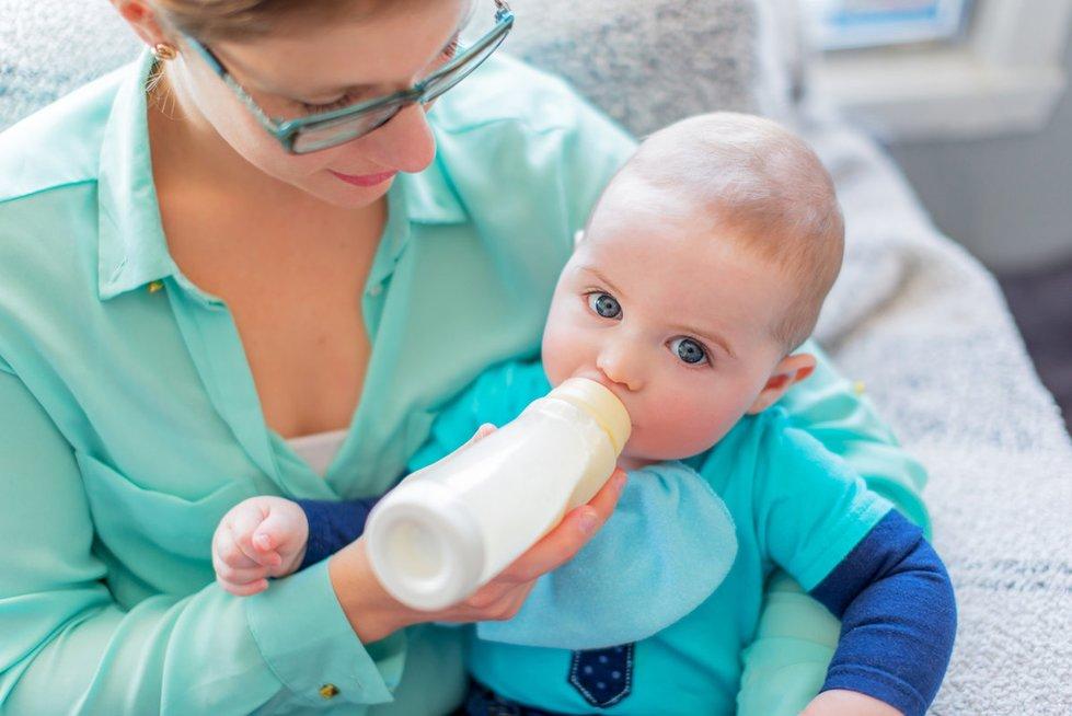 Pieną geriantis mažylis