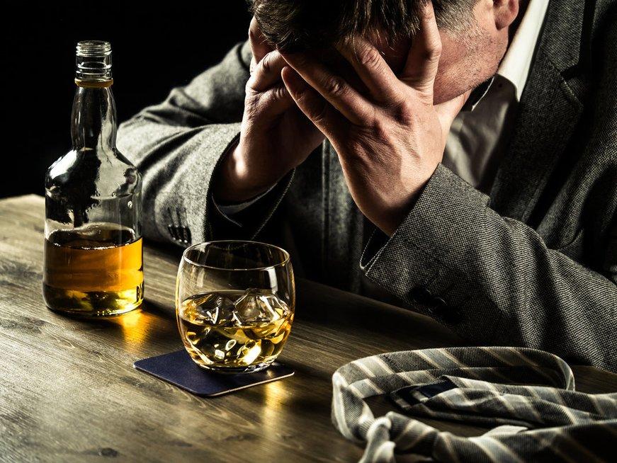 Liūdnas vyras ir alkoholis