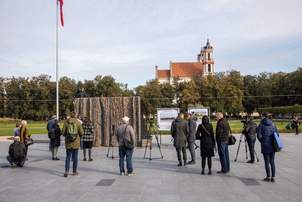 Lukiškių aikštėje visuomenei pristatyta Laisvės kalvos monumento realaus dydžio bandinys