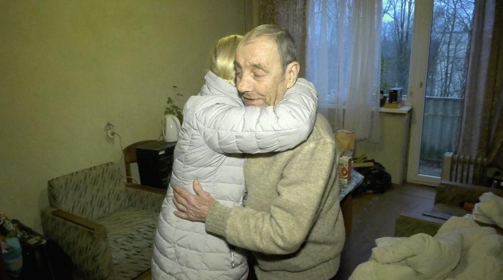 Socialinė tarnyba demencija sergantį Kęstutį paliko gatvėje: vyras klaidžiojo su šlepetėmis lietuje