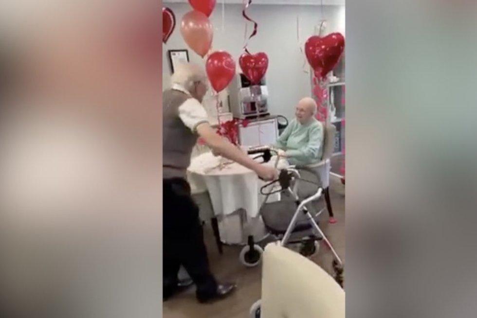 Žmona jautriai nustebino demencija sergantį vyrą: ašaras braukia tūkstančiai internautų (nuotr. stop kadras)