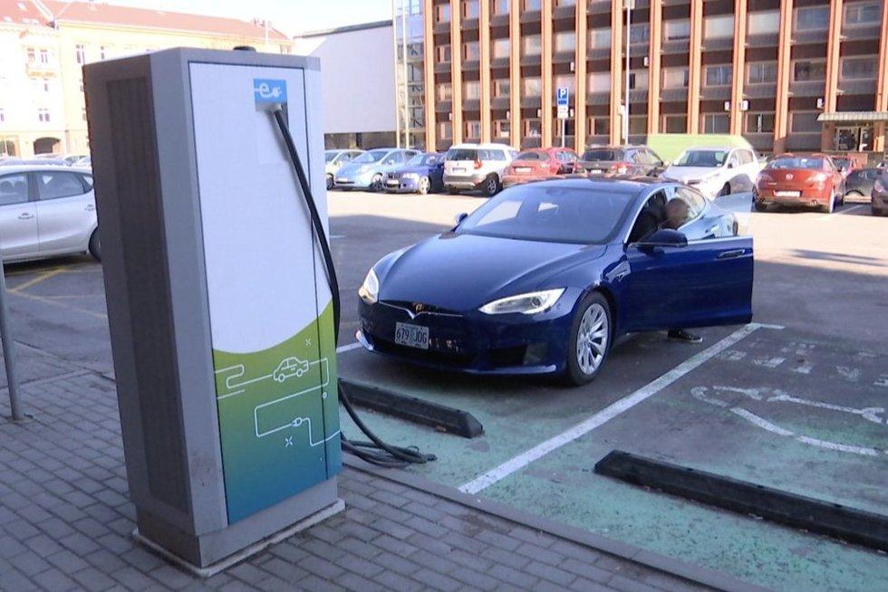 Kompensacijos už elektromobilius nevilioja: ekspertai įvardijo priežastis (nuotr. stop kadras)