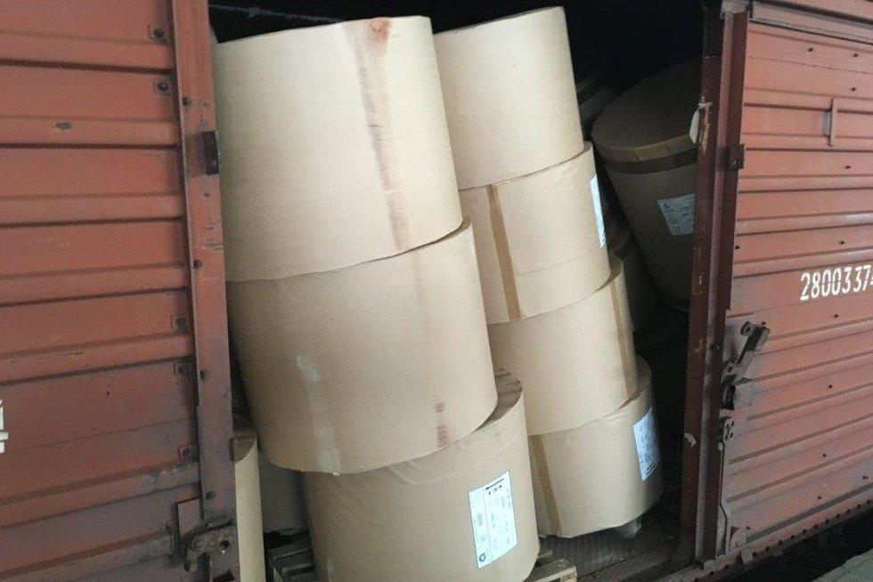 Traukinyje muitininkai rado popieriaus ritiniais užverstą milijoninę cigarečių kontrabandą