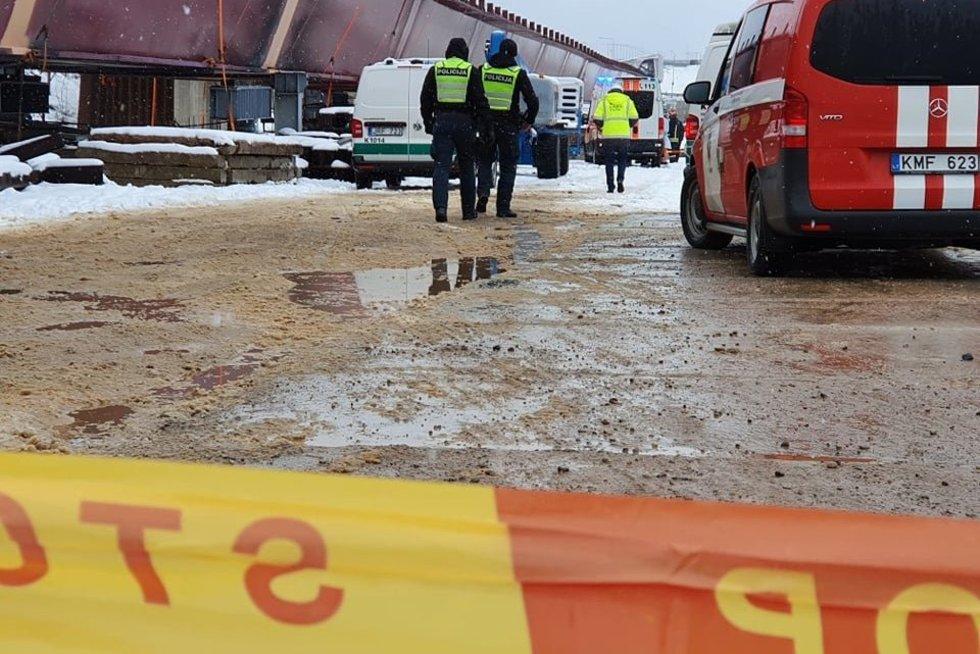 Nukritusi statomo tilto konstrukcija Kaune sužalojo du darbuotojus, vienas jų žuvo (nuotr. TV3)