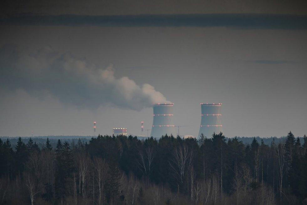 Astravo AE nelaimių istorija: net ir pakeistą reaktoriaus korpusą sugebėjo numesti (nuotr. SCANPIX)