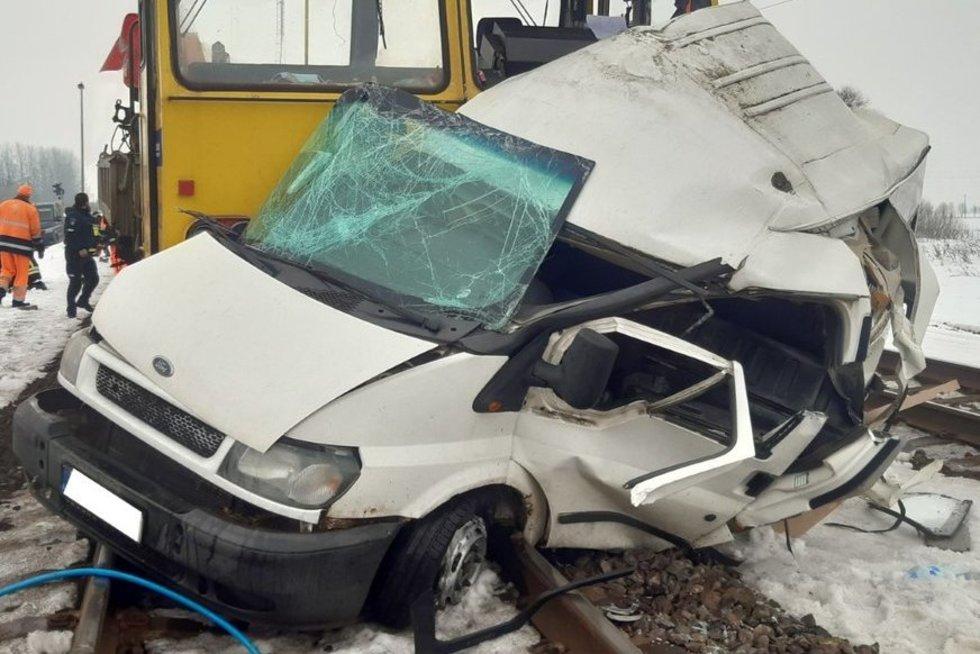 Kėdainių rajone susidūrė traukinys ir automobilis (nuotr. Policijos)