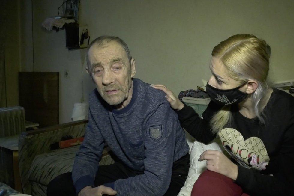 Socialinė tarnyba demencija sergantį Kęstutį paliko gatvėje: vyras klaidžiojo su šlepetėmis lietuje (nuotr. stop kadras)