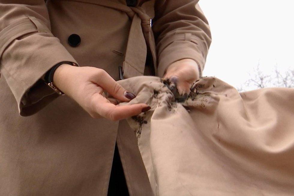Gintarų paieška Šventojoje vilnietei vos nesibaigė tragedija: įsidėjusi į kišenę moteris pradėjo degti (nuotr. stop kadras)