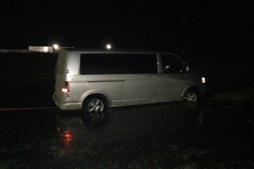 Didelę kontrabandą gabenusį mikroautobusą pasieniečiai persekiojo 30 kilometrų (nuotr. VSAT)