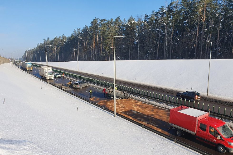 Vilniuje po susidūrimo apvirto automobilis, gatvėje viena kryptimi eismas uždarytas (nuotr. Bronius Jablonskas/TV3)