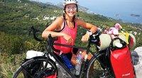 Ant jaunos moters dviračio telpa visi kelionei būtini daiktai, kuriuos ji vežasi drėgmei atspariuose krepšiuose. Monikos Overlingytės asmeninio albumo nuotrauka
