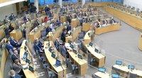 Kitų metų biudžeto priėmimas Seimo virto cirku: grasino ne tik policija, bet ir masiniu išėjimu (nuotr. stop kadras)
