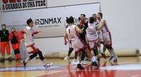 """Krepšininkai švenčia įspūdingą lietuvio metimą (""""Basket 1974"""" klubo nuotr.) (nuotr. Organizatorių)"""