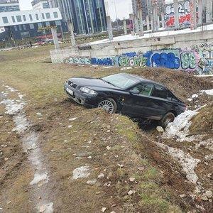 Girta mergina sostinėje sukėlė avariją – automobilis atsidūrė griovyje