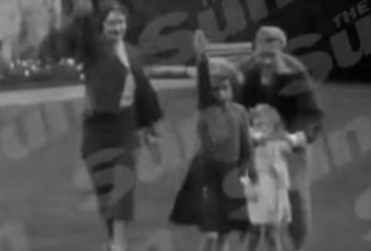 Britų karališkieji asmenys raudonuoja: karalienė vaikystėje rodė nacių pasisveikinimo gestą (nuotr. YouTube)