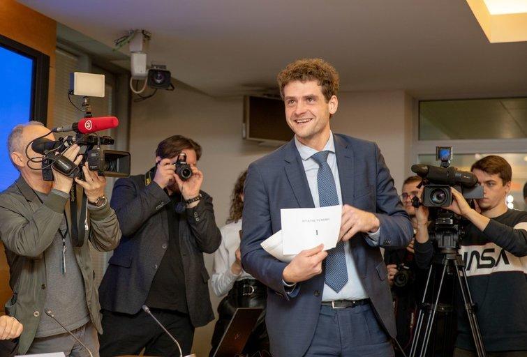 Kieno ranka buvo laimingiausia: partijos ištraukė rinkimų numerius (nuotr. Fotodiena.lt)
