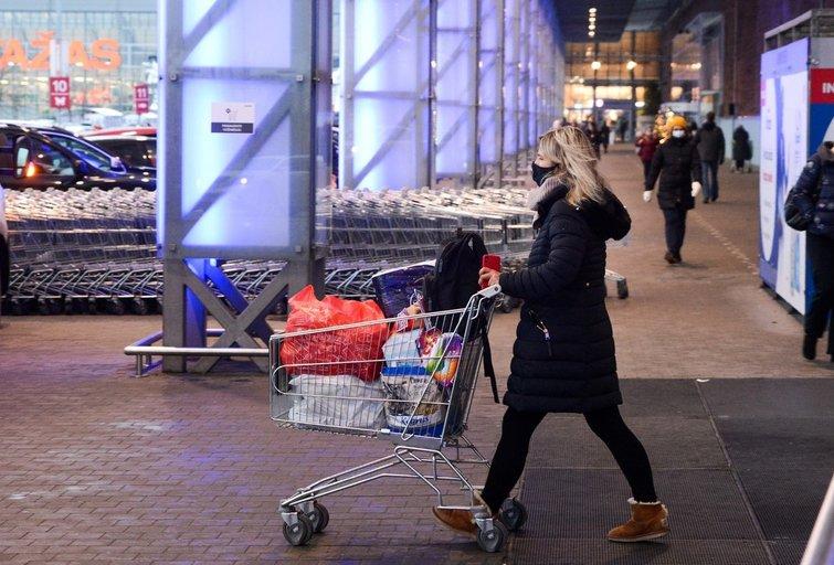 Pirkėjai užplūdo prekybos centrus (nuotr. Fotodiena/Justino Auškelio)