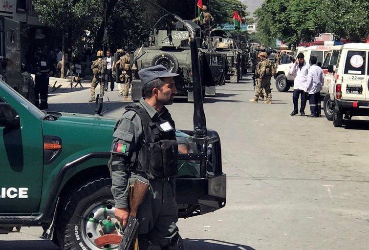 Kabule mirtininkai sprogdintojai ir ginkluoti kovotojai atakavo policijos nuovadas (nuotr. SCANPIX)