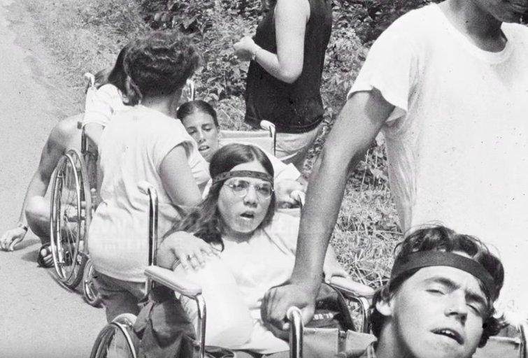 """JAV dokumentinio filmo (""""Crip Camp"""") kadrai"""
