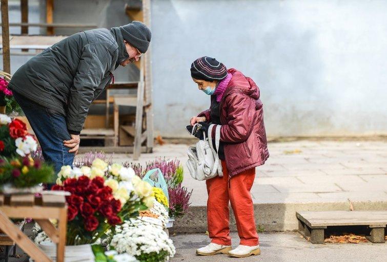 Prekybininkai prie Rokantiškių kapinių (nuotr. Fotodiena/Justino Auškelio)