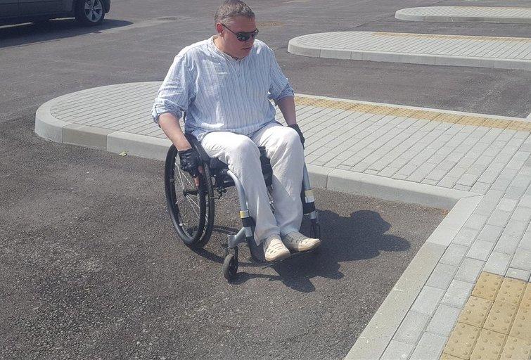 """Ričardas Dubickas atkreipia dėmesį į Kupiškio autobusų stotyje """"nutrūkstančius"""" taktilinius takelius. Linos Jakubauskienės nuotr."""