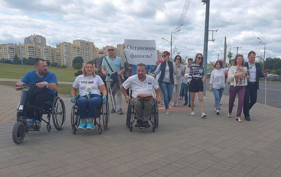 Baltarusijos neįgaliųjų draugijos pirmininko pavaduotojas, Žmonių su negalia teisių biuro direktorius Sergejus Drozdovskis (viduryje) su taikios akcijos dalyviais. Žmonių su negalia teisių biuro archyvo nuotr.