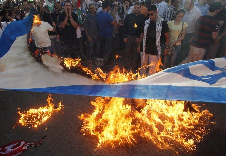 Palestiniečiai ir libaniečiai degina Izraelio vėliavą Gazoje (nuotr. SCANPIX)