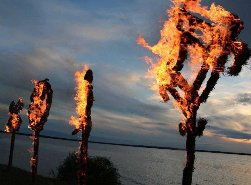 Joninėse prie Rėkyvos ežero – šiaudinių skulptūrų pleneras, tradicinės apeigos ir ugnies spektaklis