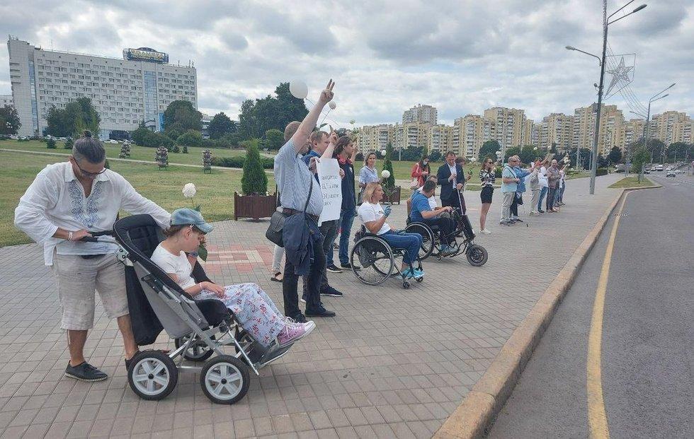 Rugpjūčio 14 d. Minske daugiau kaip pusšimtis žmonių su negalia, jų šeimų narių ir draugų susirinko į taikią akciją. Žmonių su negalia teisių biuro archyvo nuotr.