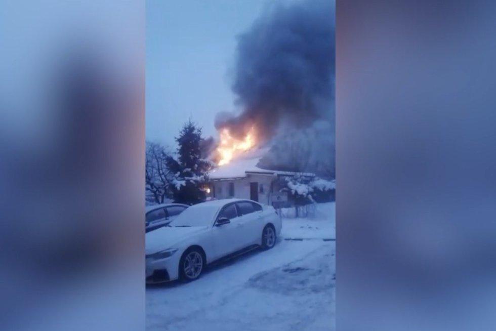 Liepsnos Vilniuje akimirksiu prarijo gyvenamąjį namą: gyventojus apie gaisrą perspėjo kaimynai (nuotr. stop kadras)
