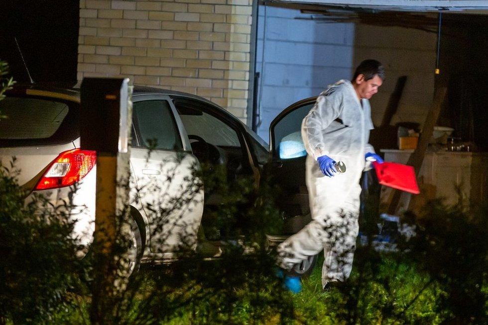 Policijos ekspertai apžiūri žmogžudystės vietą Ukmergėje (nuotr. Broniaus Jablonsko)