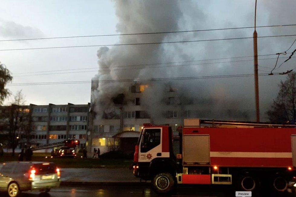 Kaune gelbėtojai iš degančio buto vadavo įkalintą senolę (nuotr. TV3)