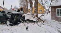 """Girtas vairuotojas Ukmergės rajone sudaužė """"Porsche Cayenne"""", Facebook.com /Ukmergės priešgaisrinė gelbėjimo tarnyba"""