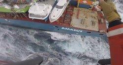 Išskirtiniai kadrai iš Norvegijos jūroje audros talžomo olandų laivo