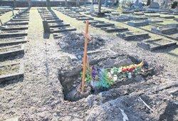 """Pasvalyje velionės kapas sukėlė šoką lankytojams: """"Ar taip galima elgtis su mirusiuoju?"""""""