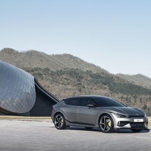 """Naujasis """"Kia EV6"""" elektromobilis: du varikliai ir 100 km/val. greitis per 3,5 sekundės"""