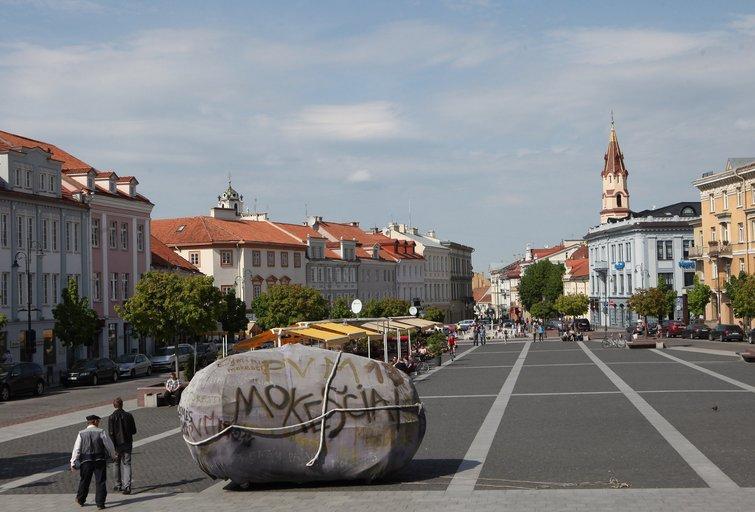 """Vilniaus gatvėmis tradiciškai buvo tempiamas """"mokesčių akmuo"""" (nuotr. Elta)"""
