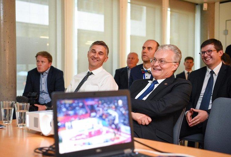Prezidentas Gitanas Nausėda žiūri krepšinį (nuotr. facebook.com)