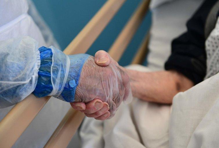 Pora mirė laikydamiesi už rankų (nuotr. SCANPIX)