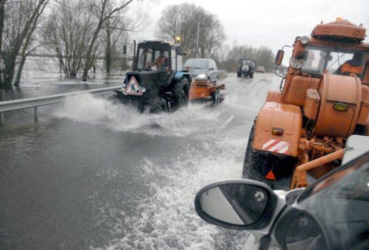 Spalio 16 dieną prasidėjęs potvynis vis dar tęsiasi. Šiuo metu kelias Šilutė - Rusnė ir vėl apsemtas - vakar ant jo buvo 18 cm vandens (nuotr. Šilutės naujienos)